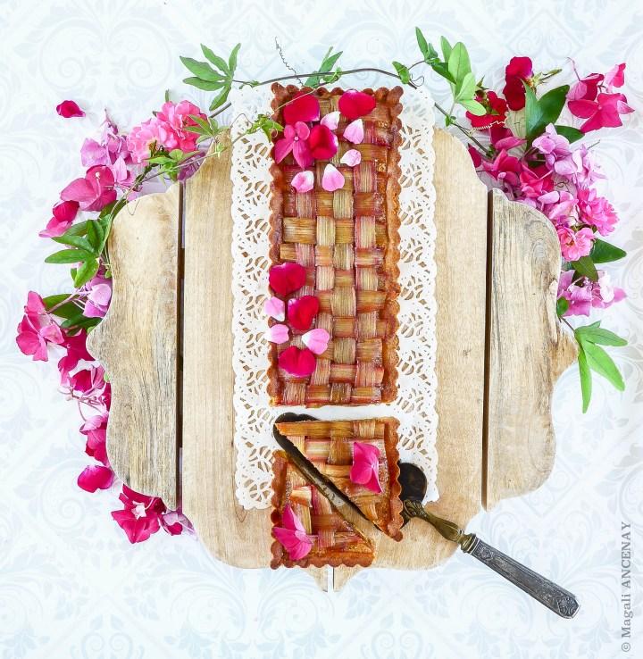 Tarte à la Rhubarbe et fleurs de saison, hydrangéa, rosiers Décorosier et feuillage de passiflore