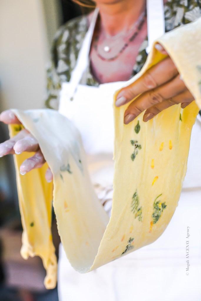 Préparation de la pâte avec incrustation d'herbes - Magali ANCENAY