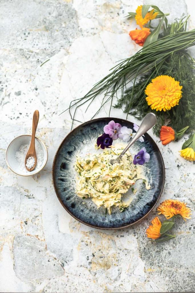 Préparation du beurre aux fines herbes et fleurets comestibles - Magali Ancenay
