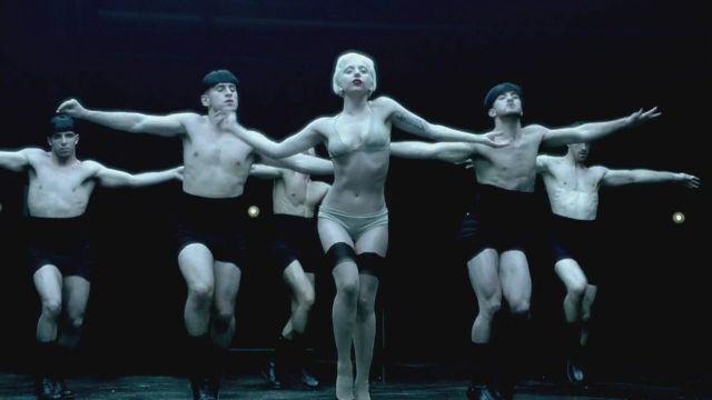 Lady GaGa rodeada de hombres en 'Alejandro'