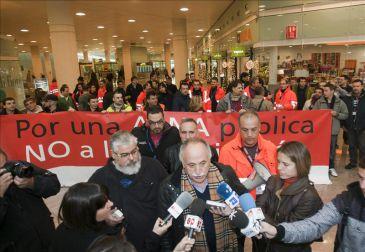 Unos 200 trabajadores de Aena protestan en El Prat contra la privatización