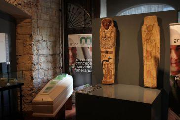 Una máscara egipcia del 1.500 a.C. encabeza un catálogo de 120 piezas en una exposición funeraria