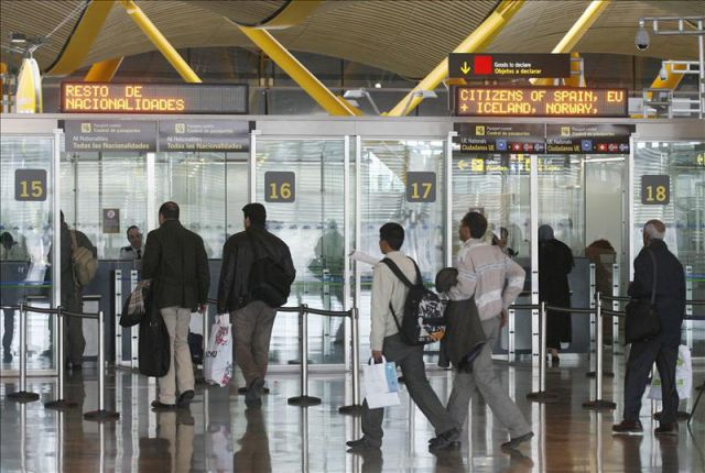 Resultado de imagem para control pasaportes madrid barajas
