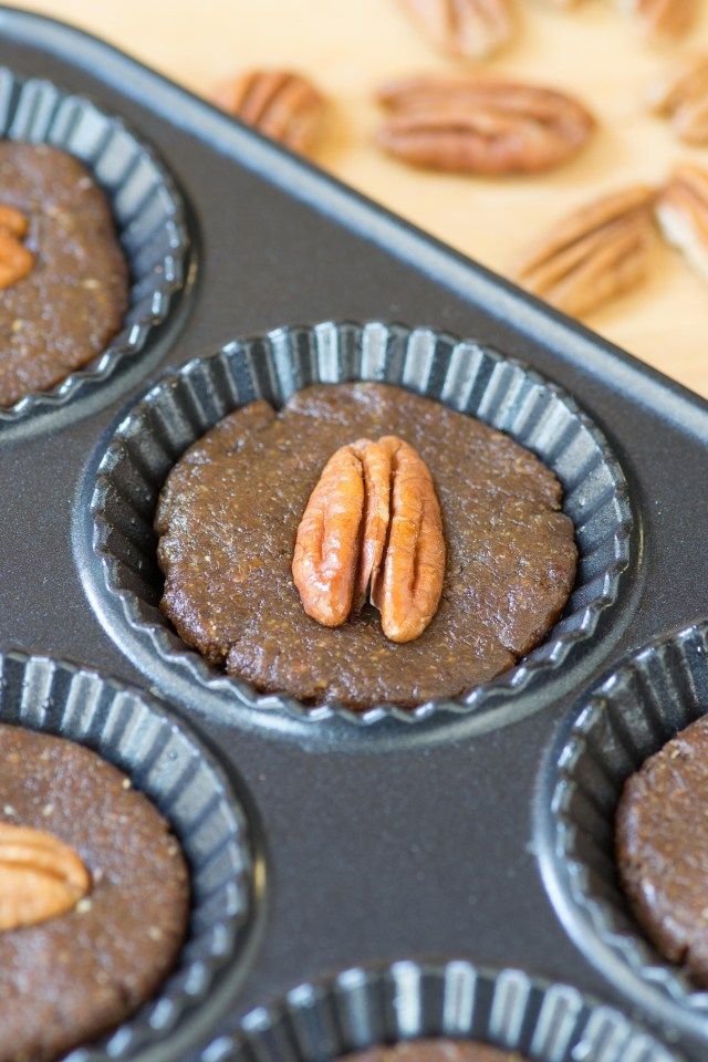Healthy Pecan Pie Cups are amazing, no-bake, mini desserts that are a great alternative to traditional pecan pie. Gluten-free, dairy-free, vegan, no refined sugar. | QueenofMyKitchen.com