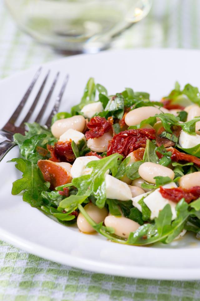 White Bean Arugula Salad with Sun-Dried Tomatoes and Crispy Prosciutto – a light and healthy salad with Italian flair, packed with protein and fiber. Gluten-free. | QueenofMyKitchen.comWhite Bean Arugula Salad with Sun-Dried Tomatoes and Crispy Prosciutto – a light and healthy salad with Italian flair, packed with protein and fiber. Gluten-free. | QueenofMyKitchen.com