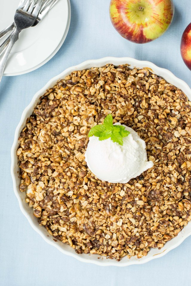 Crisp Rice Apple Crumble – A lighter, cleaner version of classic apple crisp made with crispy brown rice cereal. Gluten-free. #applecrisp #applecrisprecipe #glutenfreerecipe #glutenfreedessert #applecrumble | QueenofMyKitchen.com