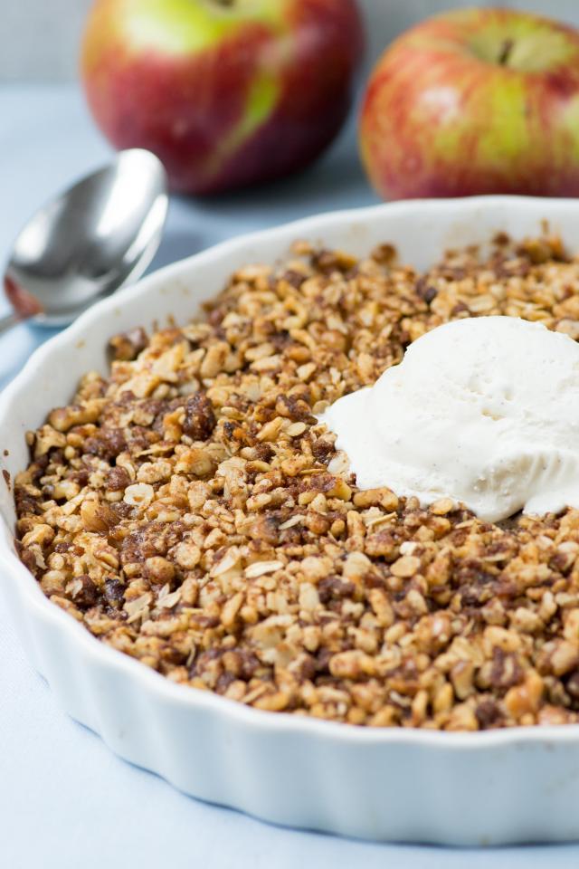 Crisp Rice Apple Crumble – A lighter, cleaner version of classic apple crisp made with crispy brown rice cereal. Gluten-free. #applecrisp #applecrisprecipe #glutenfreerecipe #glutenfreedessert #applecrumble   QueenofMyKitchen.com