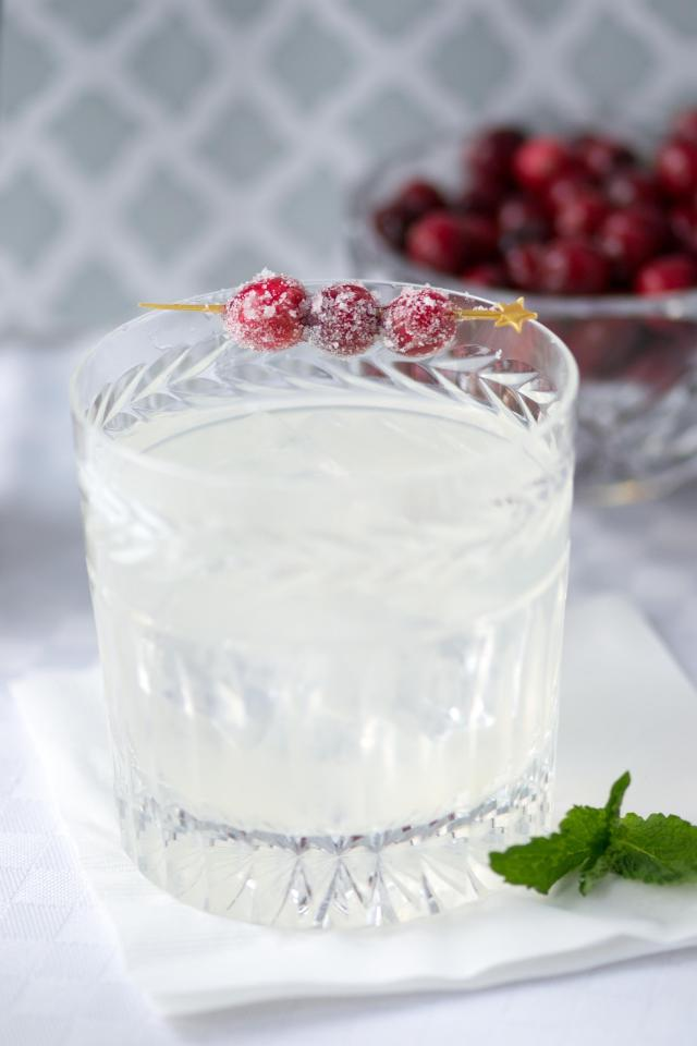 Skinny Winter White Cosmopolitans - A delicious, not-too-sweet, seasonal cocktail that clocks in at 138 calories per serving. #cocktails #cocktailrecipe #cocktailparty #drinks #drinkrecipe