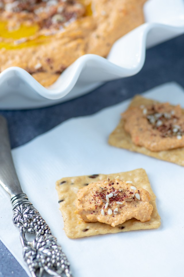 Za'atar Cashew Hummus - Aromatic za'atar and smoky roasted red peppers flavor this ultra-creamy cashew hummus. A delicious alternative to chickpea-based hummus. Vegan, gluten-free, and dairy-free. #vegan #glutenfree #dairyfree #zaatar #appetizer