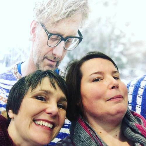 Dopplekinn bei mir und ein strahlendes Lachen von Tanja Steinbach vor einer Wand mit Arne&Carlos