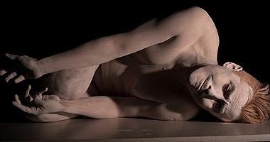 Teatro: Hombre con pie sobre una espalda de niño