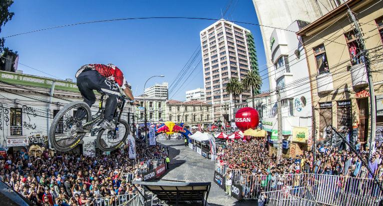 Un clásico del verano en Valparaíso: Cerro Abajo celebra sus 15 años