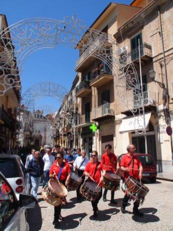 Fanfare dans les rues de Monreale