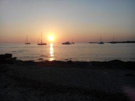 Soleil couchant sur la plage d'Es Caragol