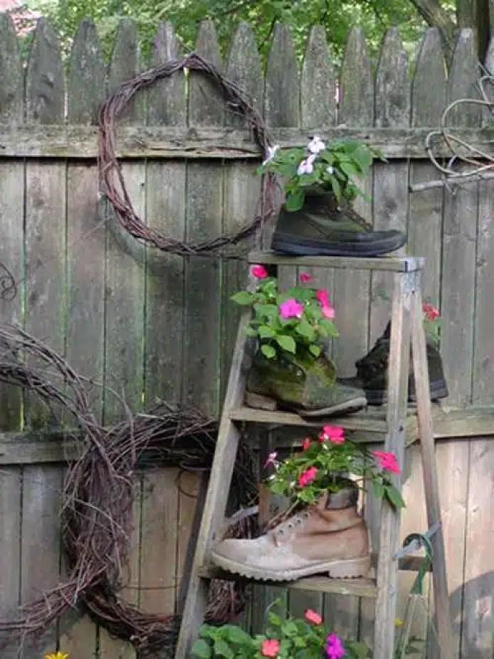 L 39 arte del riciclo arredare un giardino in stile shabby for Scala in legno shabby