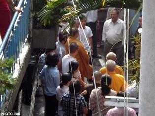 Công an tràn vào hẽm chùa Giác Hoa ngăn chận Phái đoàn Viện Hóa Đạo rời chùa - Photo PTTPGQT