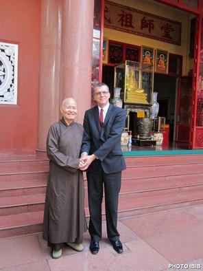 Đức Tăng Thống Thích Quảng Độ và Đại sứ Úc Đại Lợi, Hugh Borrowman trước Thanh Minh Thiền Viện - Hình PTTPGQT