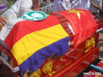 Linh cửu phủ cờ Phật giáo và Huy hiệu Hoa Sen của GĐPT, nhưng phút cuối Công an đã phủ thêm cờ Cộng sản - Hinh PTTPGQT