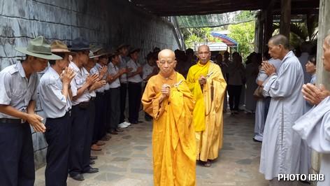 Đại lão Hòa thượng Viện trưởng Viện Hoá Đạo Thích Như Đạt và Hòa thượng Phó Viện trưởng Thích Thanh Quang tiến vào Linh đài - Hình PTTPGQT