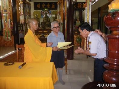 Một Huynh trưởng nhận bằng Chứng nhận hoàn mãn Trại Vạn Hạnh từ tay Thượng toạ Thích Minh Quang trước mặt Vụ trưởng Lê Công Cầu