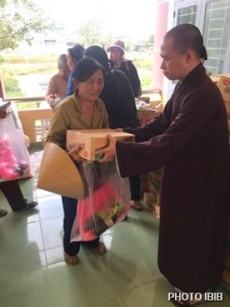 Đại Đức Minh Bình phát quà cho đồng bào lũ lụt