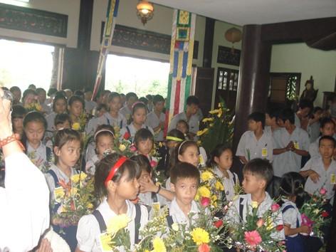 Phật tử các giới trước Chánh điện Tổ đình Quốc Ân