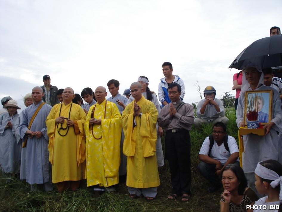 Chư Tăng Viện Hóa Đạo tiến hành nghi thức lễ tang tại huyệt mộ bà Đặng Thị Kim Liêng - Hình PTTPGQT