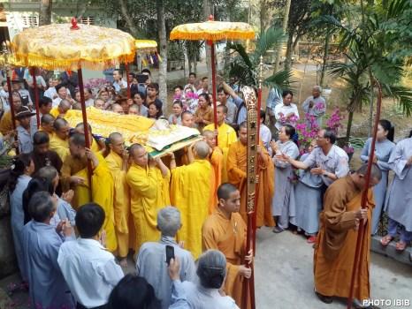 Chư tăng, Phật tử đưa pháp thân Hòa thượng Thích Như Đạt về nơi an nghỉ