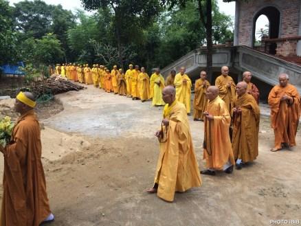 Hòa Thượng Quyền Viện Trưởng cùng chư Tăng Ni từ Chánh Điện thiền hành đến Bảo Đình nơi tôn trí nhục thân Ngài để đảnh lễ