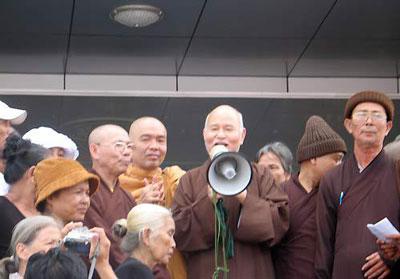 Hoà thượng Quảng Độ uỷ lạo và tiếp tế thực phẩm thuốc men cho Dân oan trước tiền đình Quốc hội II ở Saigon