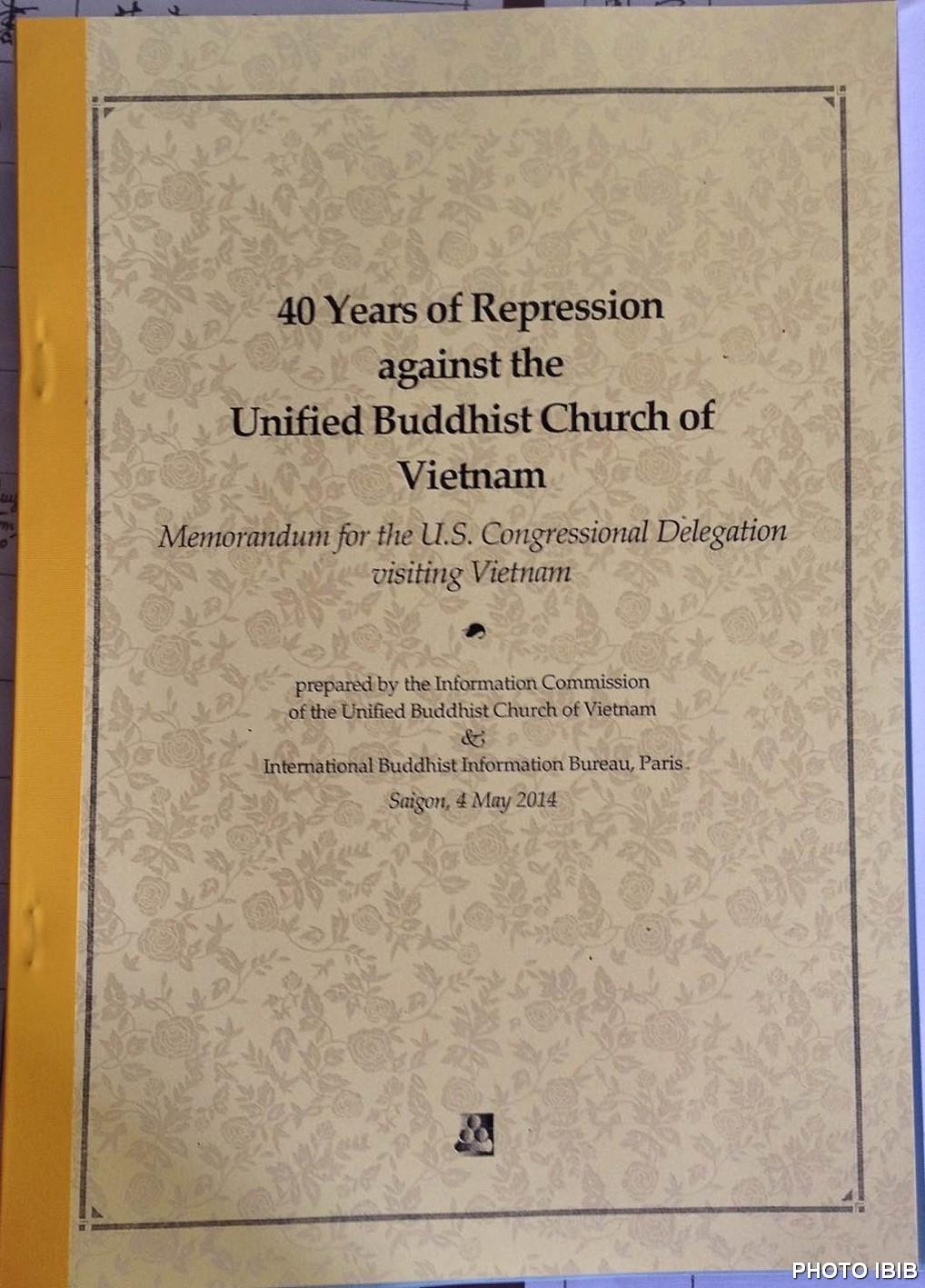 """Hồ sơ """"40 Năm Đàn áp Giáo hội Phật giáo Việt Nam Thống nhất"""" Đức Tăng Thống trao cho Phái đoàn Quốc hội Hoa Kỳ"""