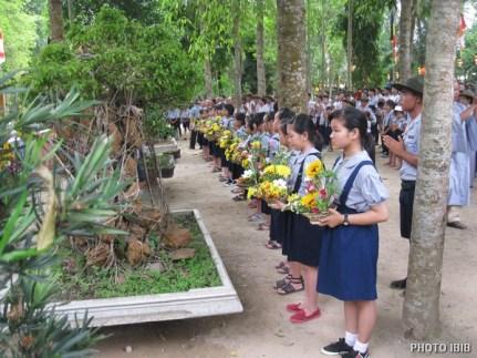 Các em Oanh Vũ Gia Đình Phật tử dâng hoa