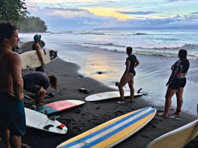 Group gettingre ady to surf