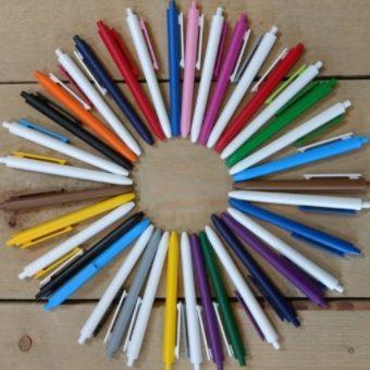 Pennen geproduceerd uit hetzelfde materiaal als legoblokjes