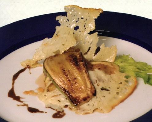 Atún y calabacines con crujiente de queso ahumado
