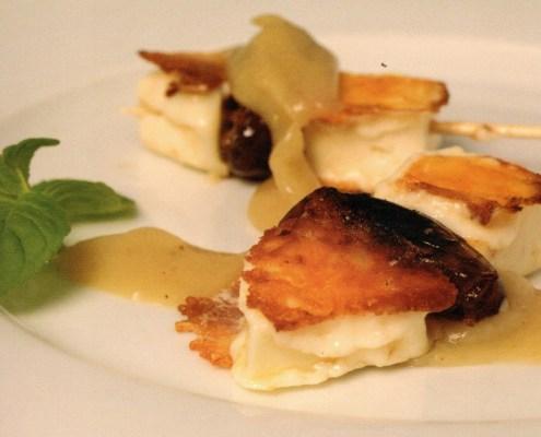 Brocheta de queso semicurado de cabra con dátiles y salsa agridulce de plátano