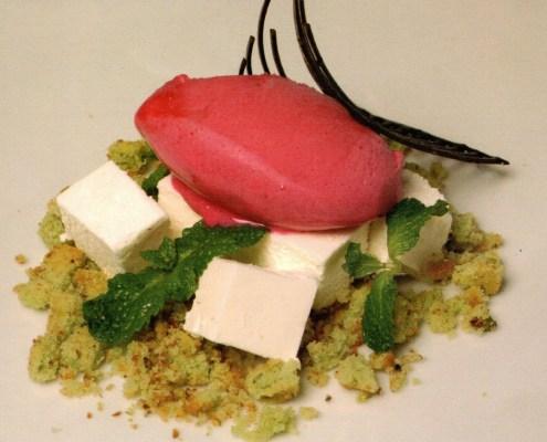 Dados de gelatina de queso semicurado con galleta de pistacho y helado de tuno indio