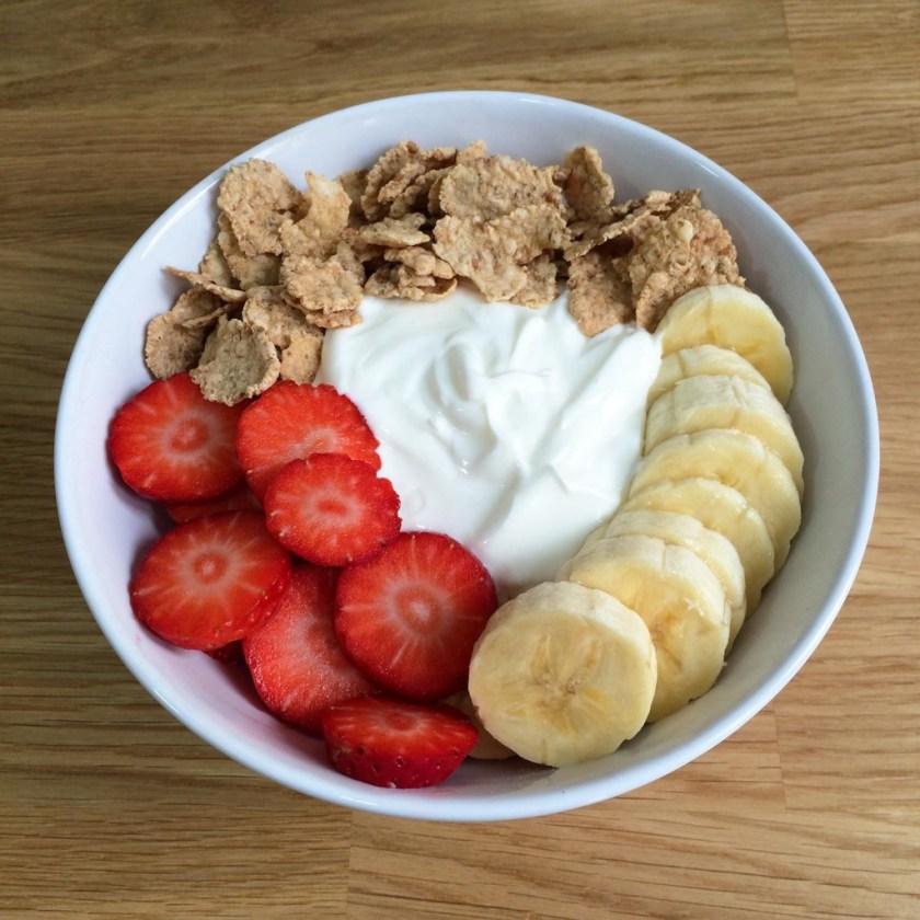 smoothie-fresa-platano-yogur-griego-cereales-01