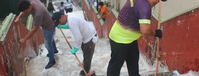 Personal municipal realiza limpieza de escalinata