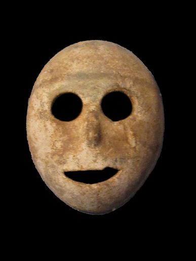 Maschera in pietra datata 9000 anni fa attualmente conservata all'Institut catholique, Musée Bible et Terre Sainte a Parigi.
