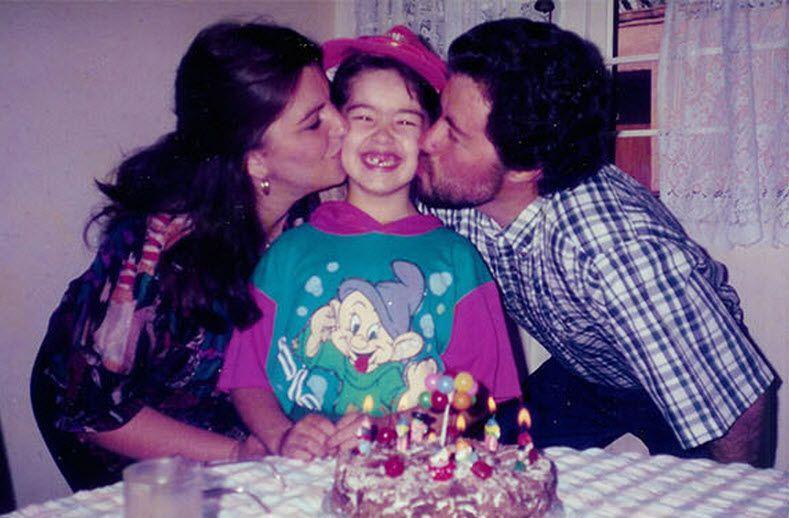 ככל שעוברות השנים, החיים שלנו משתנים, הסביבה שלנו משתנה, החברים והמכרים שלנו מתחלפים, אבל יש דבר אחד שתמיד נשאר במקום- המשפחה שלנו. קתרין ביגלו, הצליחה להעביר את המסר הזה בדרך מקורית במיוחד, כשהיא תופסת אותה ואת הוריה באותה פוזה בדיוק כשהיא בת 5, 9, 22 ולבסוף בחתונה שלה בגיל 27. פשוט מחמם את הלב!
