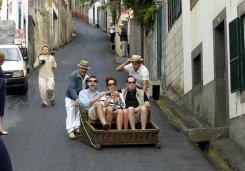 """توجد """"ويكر توبوجان رايد""""، في البرتغال وتعد من احد وسائل النقل الشعبية والغريبة كان يستخدمها السكان المحليين للوصول من منطقة تلة مونتي إلى مدينة ماديرا."""