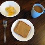 טוסט, חמאת בוטנים ללא סוכר וחצי אשכולית