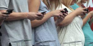"""Troppe ore online, sindaco ordina """"distacco della rete"""" per favorire la socialità"""