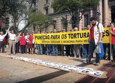 Ato em São Paulo, em 12 de agosto de 2008, pede justiça por Luiz Merlino, vítima da ditadura militar (Foto: João Zinclar)