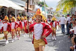 Magno desfile en Isla Mujeres por día de la Revolución Mexicana