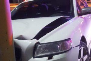 """""""Guarura"""" comisionado de la policía huye tras chocar su auto dejando su arma abandonada"""