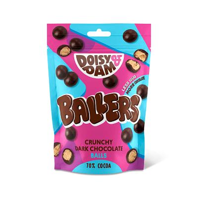Doisy and Dam Ballers 80 g. ¿Recuerdas los Maltesers? Pues estos son parecidos, pero veganos y más ricos. Deliciosas bolas de chocolate negro con crujiente por dentro. Elaborados de forma ética con chocolate colombiano y sin aceite de palma.