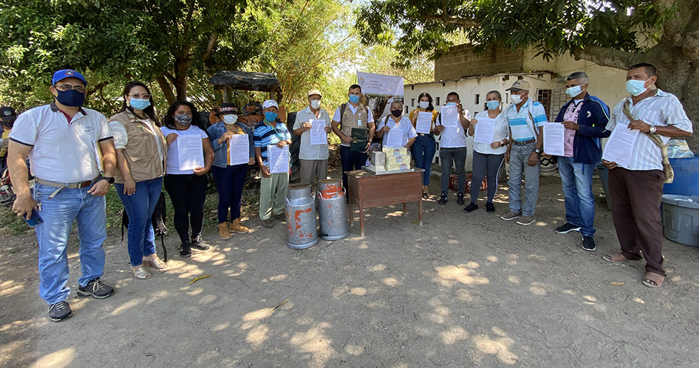 Empresa de lácteos firma acuerdo de comercialización con 12 familias restituidas en El Copey, Cesar