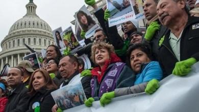 """Photo of Dreamers acusan a demócratas de """"cómplices de la maquinaria de deportación"""" de Trump"""